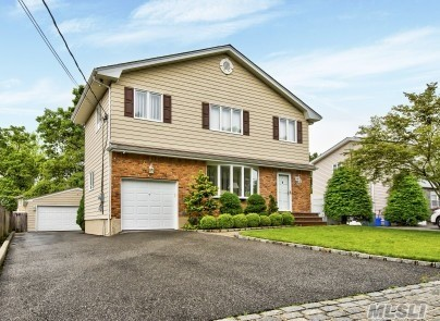 Residenziale in 74 Woodlawn Ave, Deer Park, NY ,11729