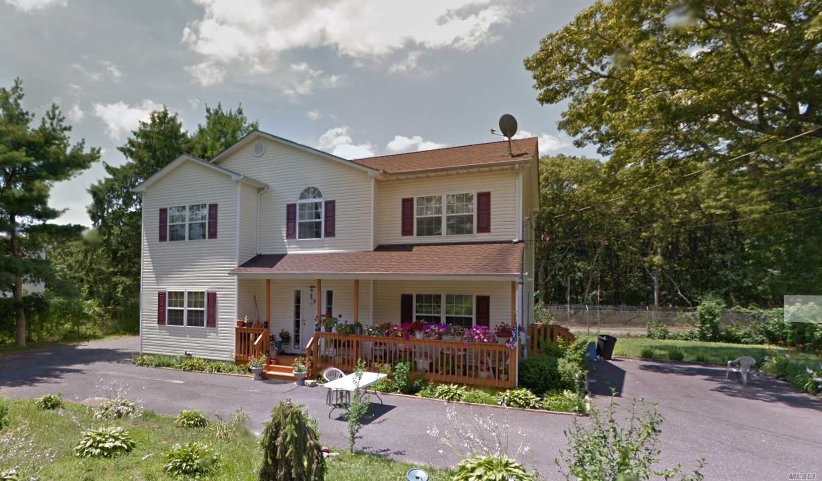 Residenziale in 9 Miller Ct, Holbrook, NY ,11741