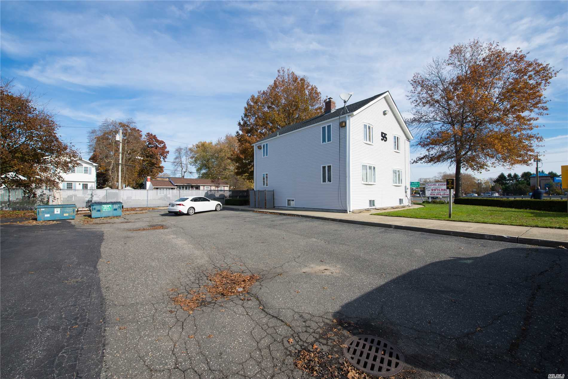 Acquisto commerciale in 55 Sunrise W Hwy, Lindenhurst, NY ,11757