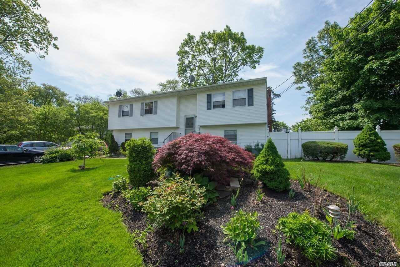 Residenziale in 63 Lake Dr, Wyandanch, NY ,11798