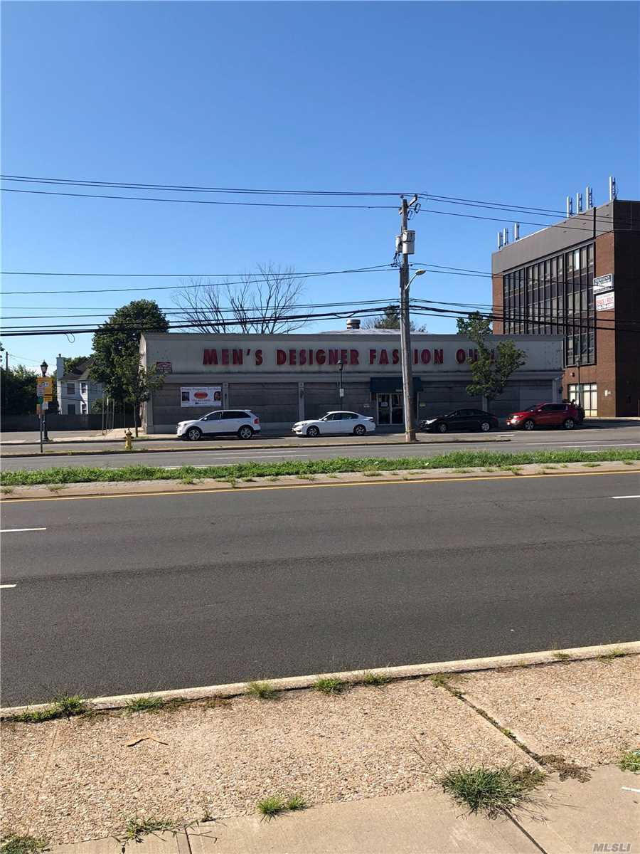 Acquisto commerciale in 3026 Hempstead Tpke, Levittown, NY ,11756