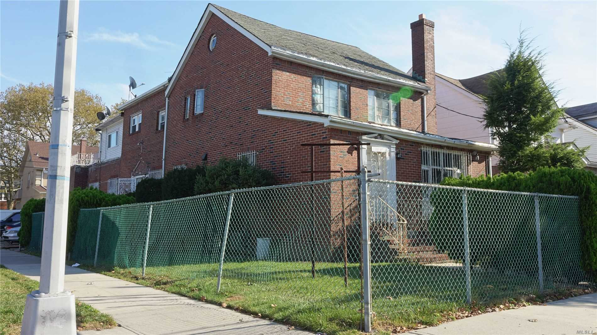 Residenziale in 116-01 221st St, Cambria Heights, NY ,11411