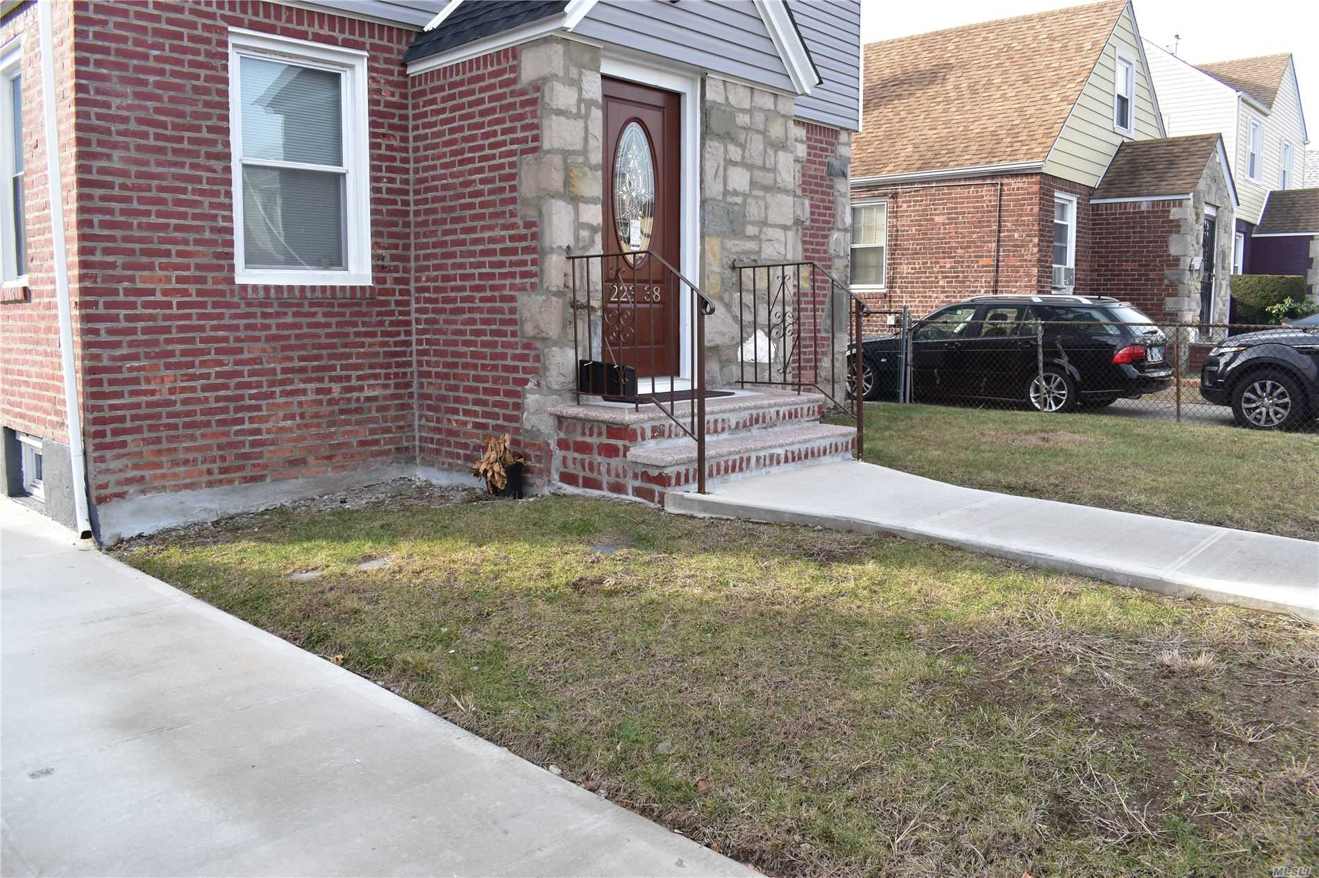 Residenziale in 223-38 114th Ave, Cambria Heights, NY ,11411