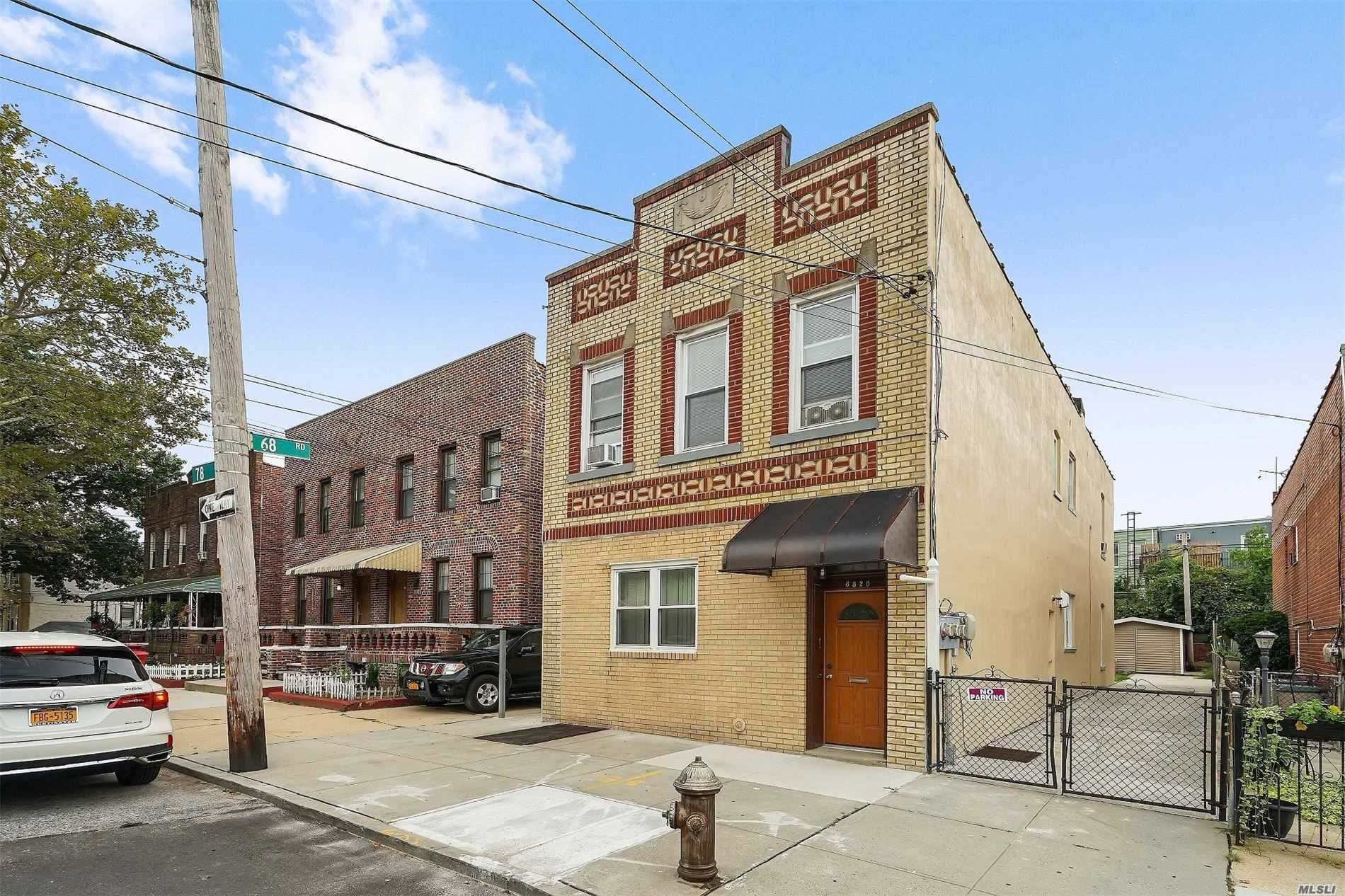 Residenziale in 68-20 78th St, Middle Village, NY ,11379
