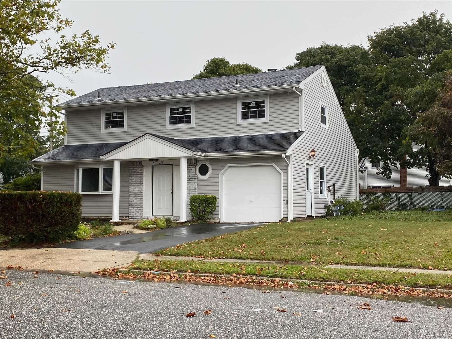 Residenziale in 278 Leaf Ave, Central Islip, NY ,11722