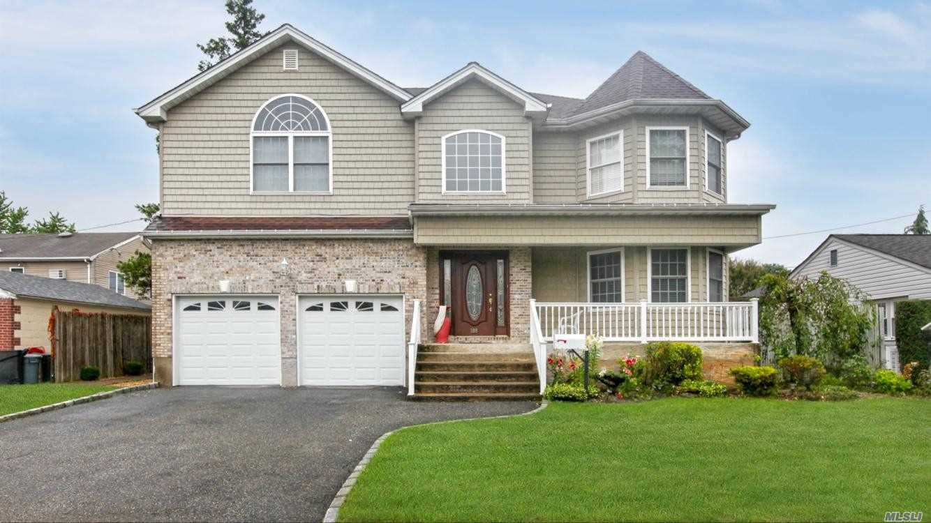 Residenziale in 389 Wellington Rd, East Meadow, NY ,11554