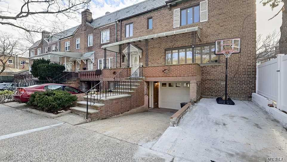 Residenziale in 66-12 Clyde St, Rego Park, NY ,11374