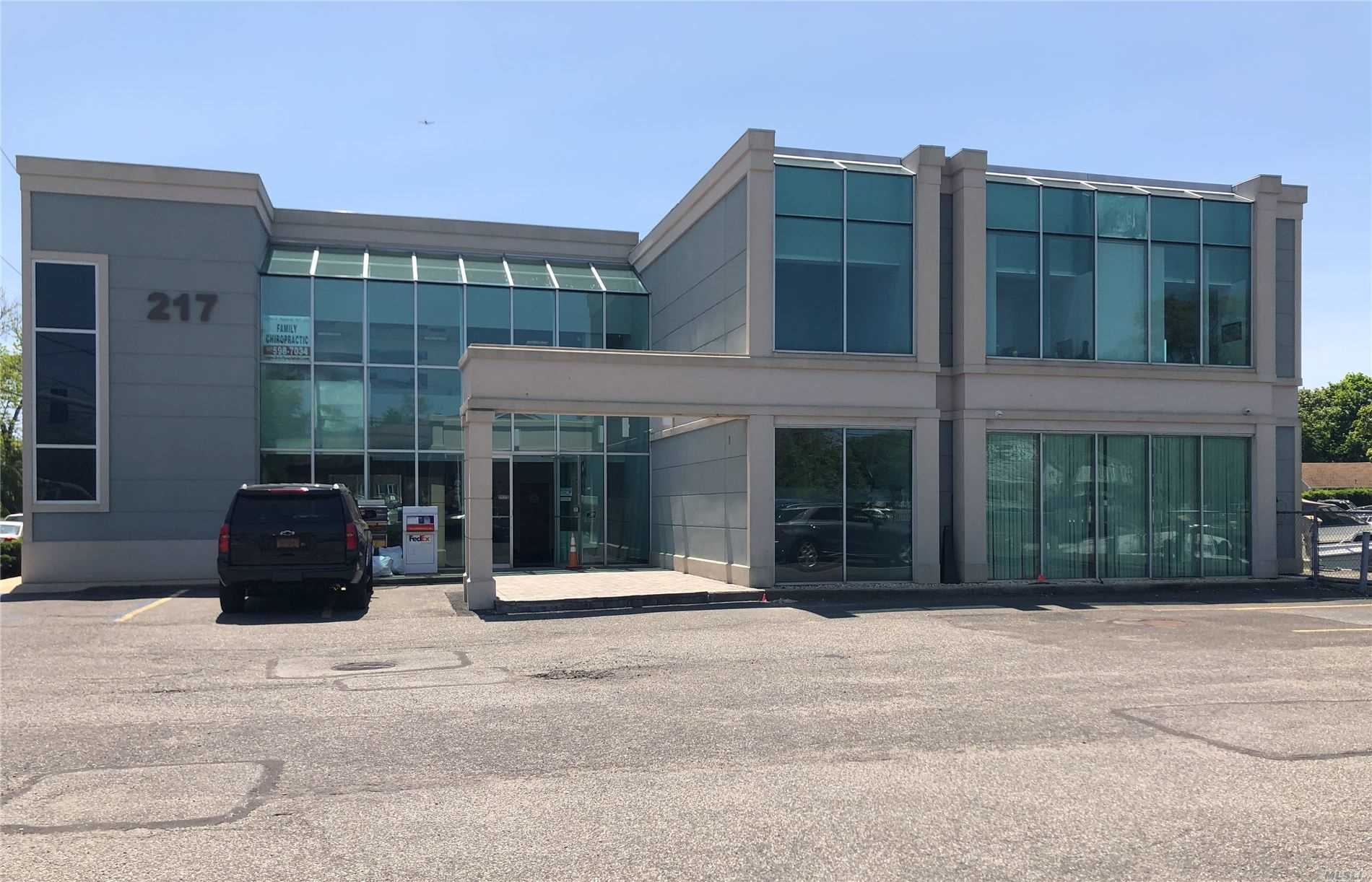Acquisto commerciale in 217 Merrick Rd, Amityville, NY ,11701