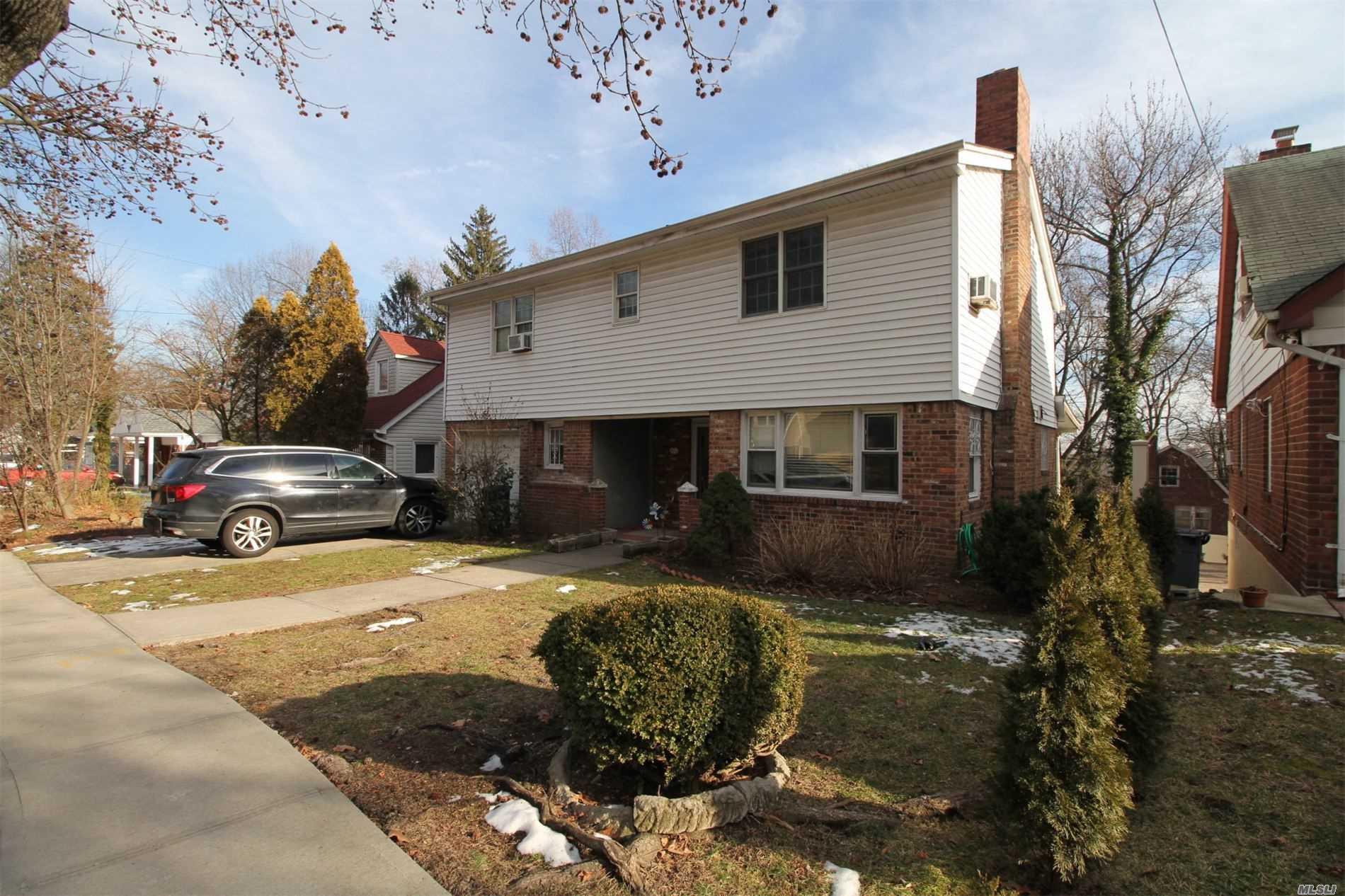 Residenziale in 218-40 Sawyer Ave, Hollis Hills, NY ,11427