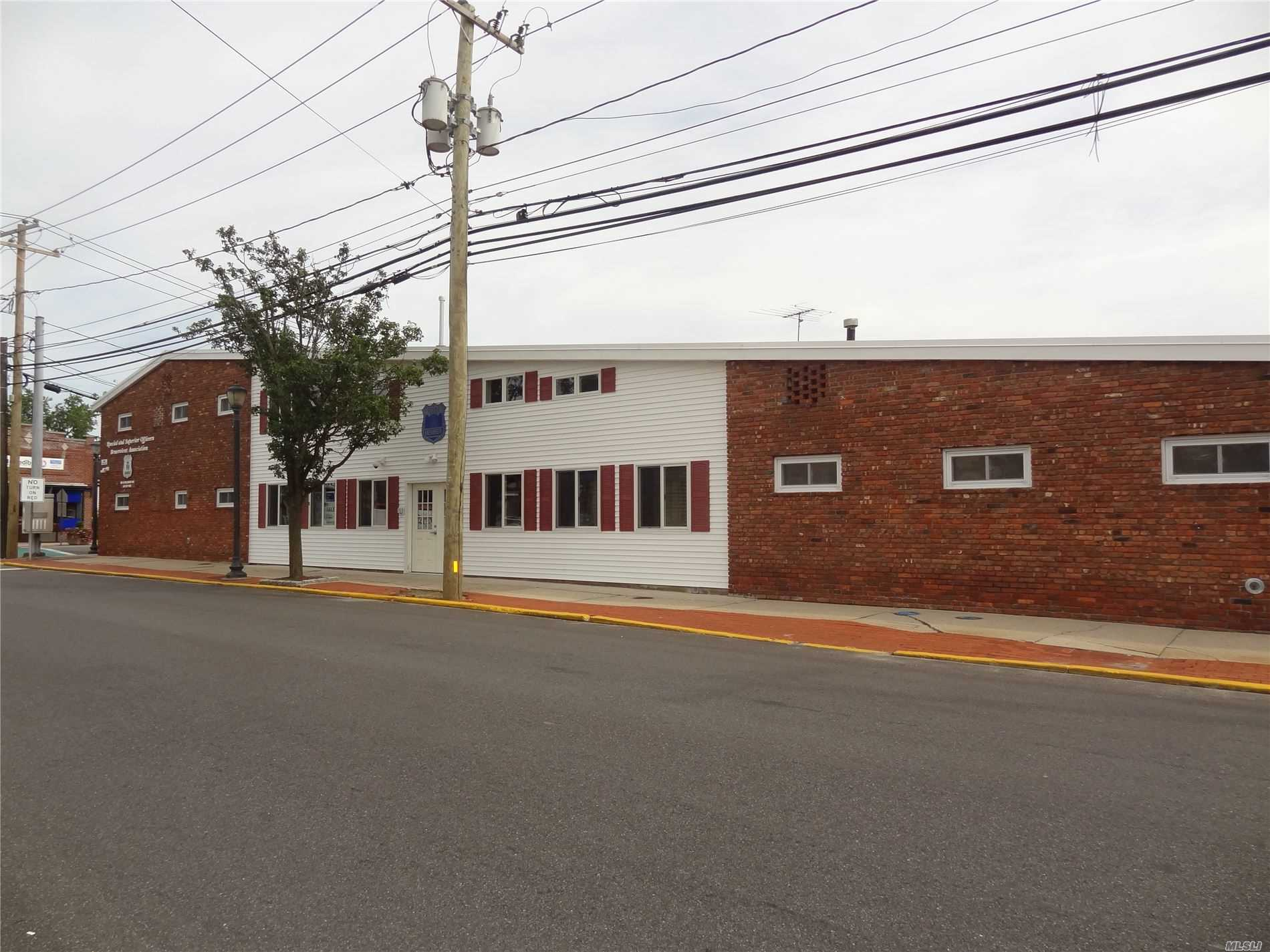 Acquisto commerciale in 199 Wellwood N Ave, Lindenhurst, NY ,11757