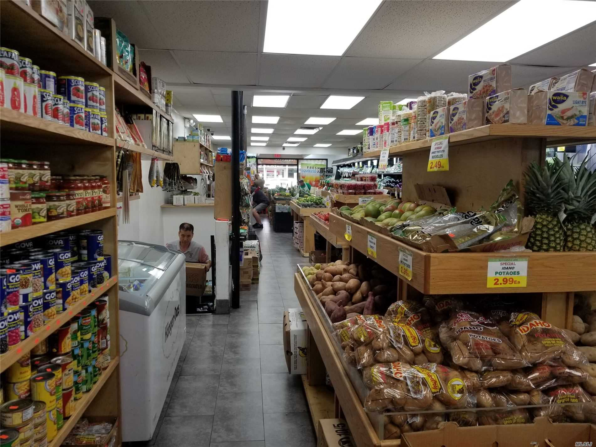 Acquisto commerciale in 829 Manhattan Avenue, Greenpoint, NY ,11222