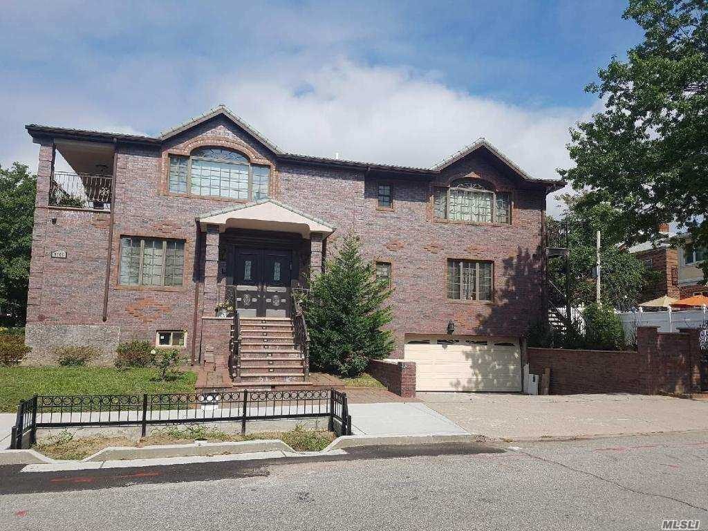 Residenziale in 87-05 65 Dr, Rego Park, NY ,11374