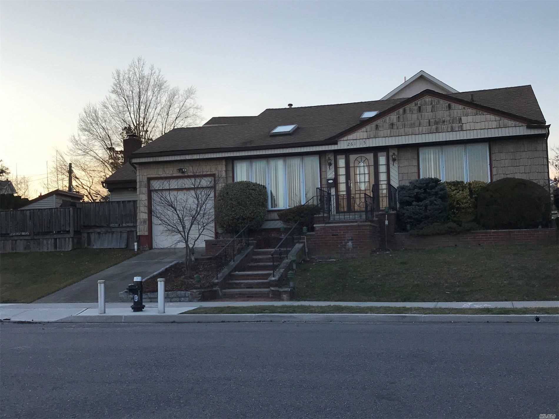 Residenziale in 261-15 Bridgewater Ave, Floral Park, NY ,11004