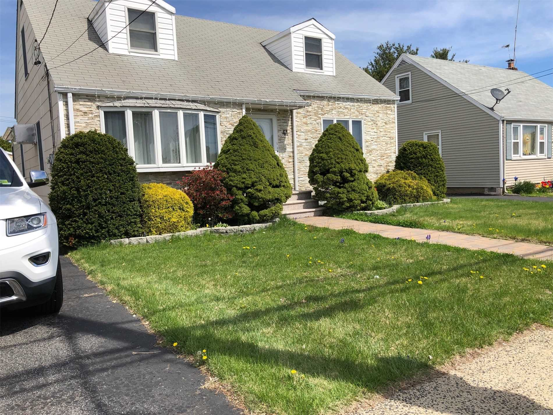 Residenziale in 41 Westbury Ave, Carle Place, NY ,11514