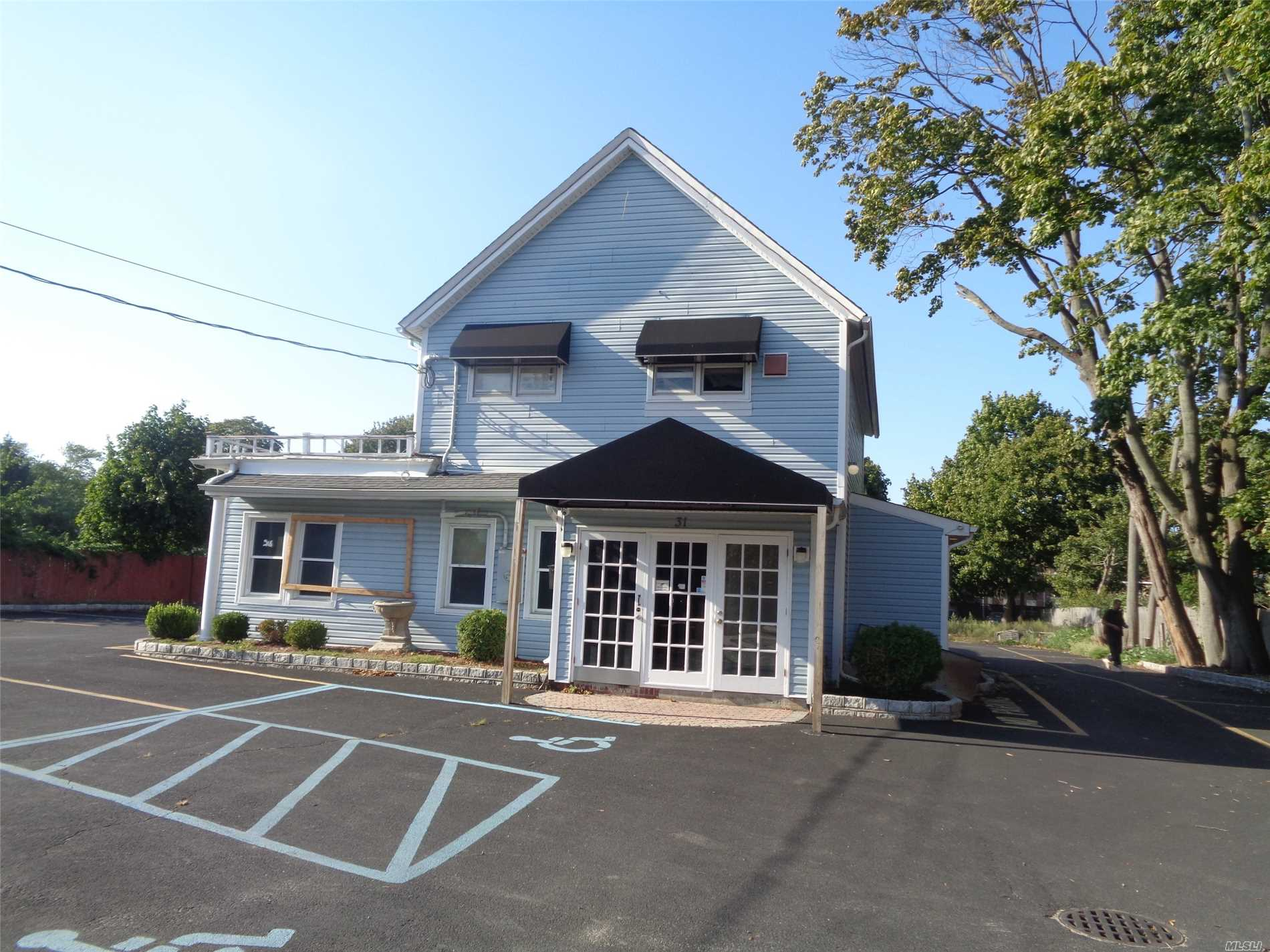Acquisto commerciale in 31 Suffolk W Ave, Central Islip, NY ,11722