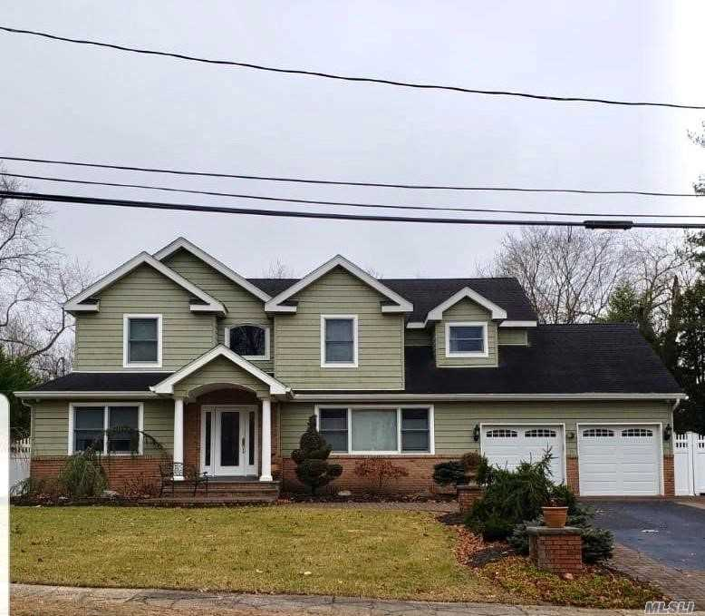Residenziale in 36 Sterling Dr, Lake Grove, NY ,11755