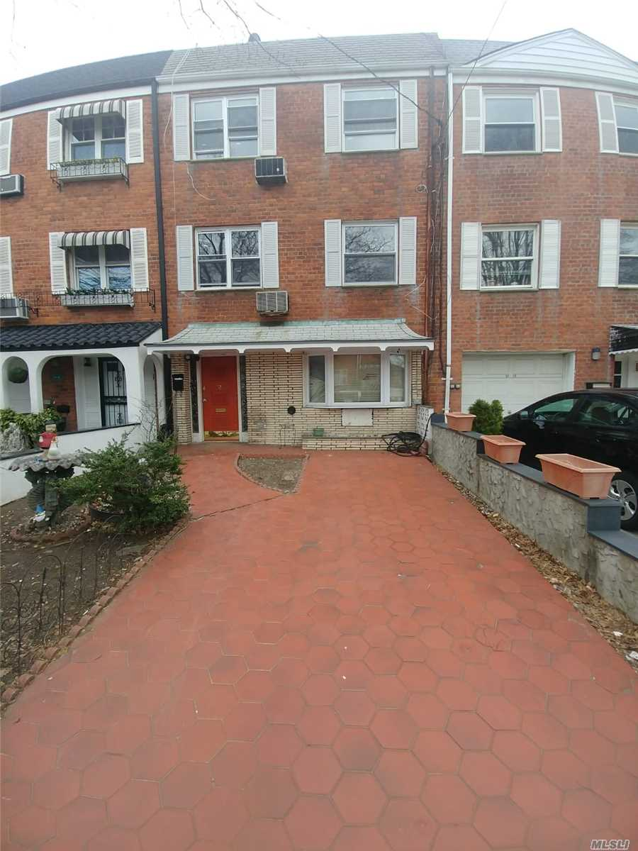 Residenziale in 32-14 70th St, Jackson Heights, NY ,11370