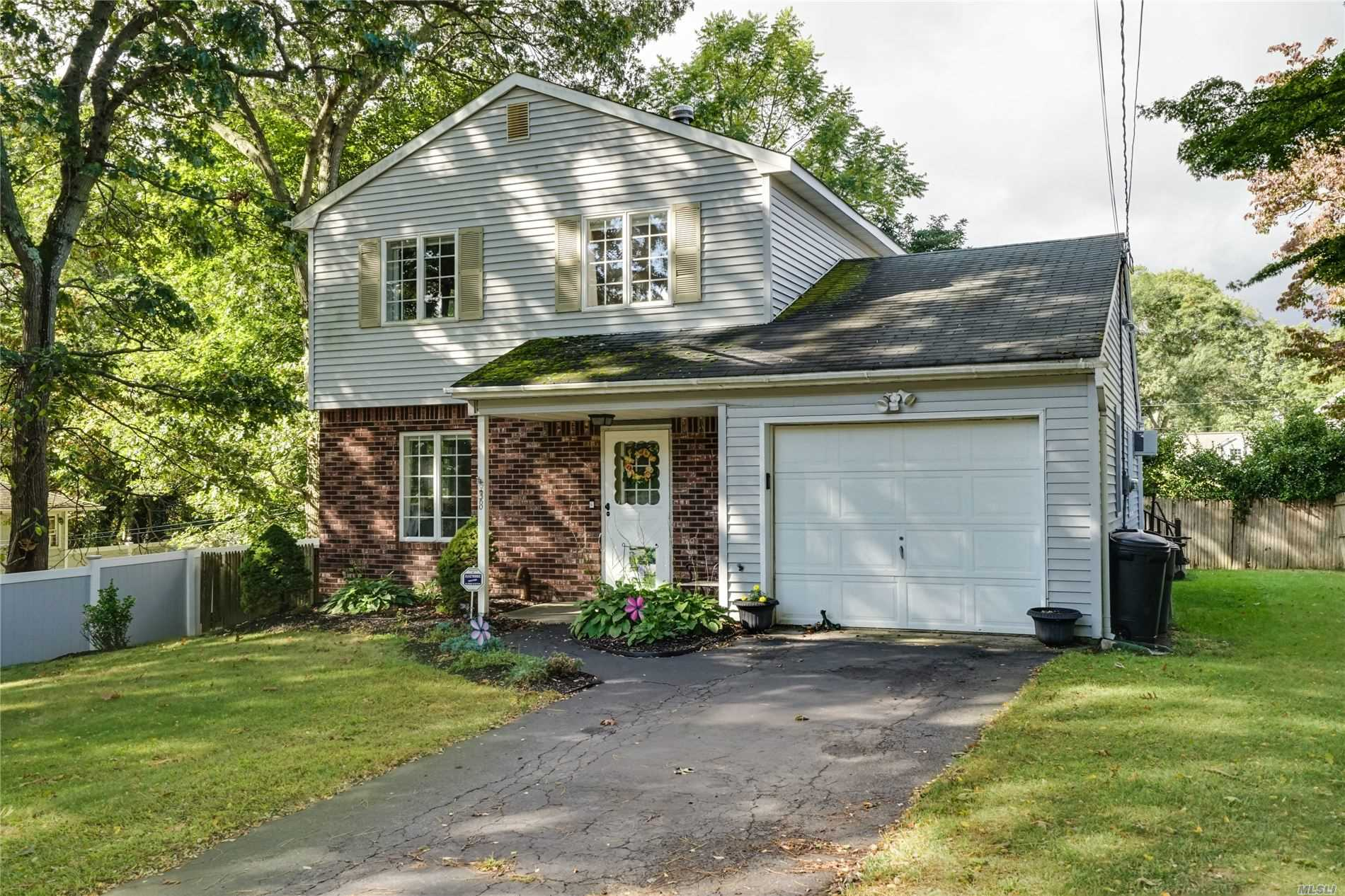 Residenziale in 38 High Hill Dr, Sound Beach, NY ,11789
