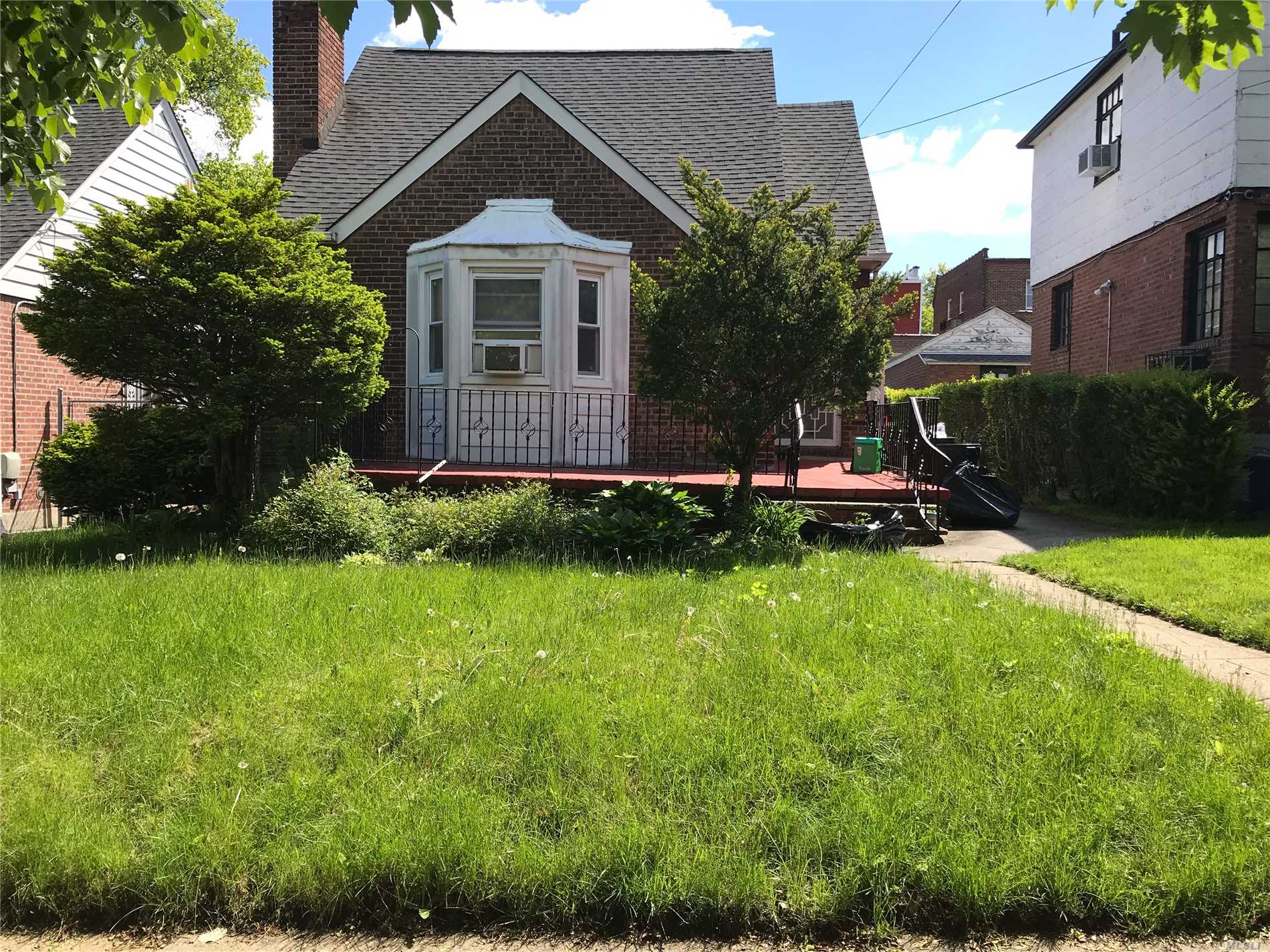 Residenziale in 82-09 166th St, Hillcrest, NY ,11432