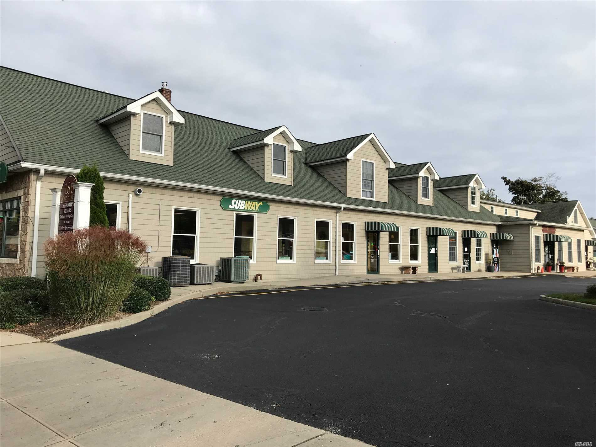 Acquisto commerciale in 186 Main W St, Sayville, NY ,11782
