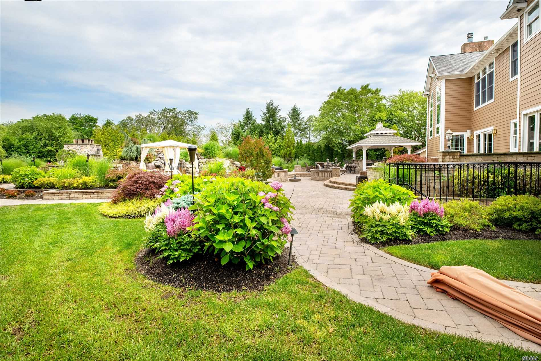 Residenziale in 123 Majestic Dr, Dix Hills, NY ,11746