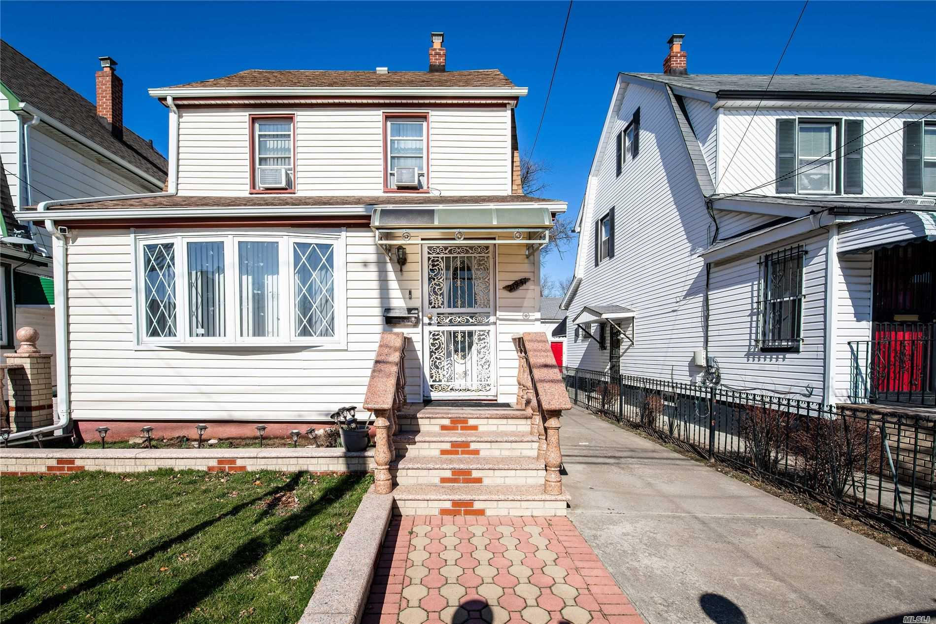 Residenziale in 219-47 114th Ave, Cambria Heights, NY ,11411