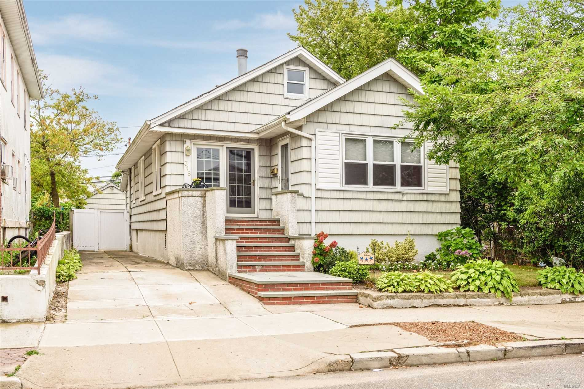 Residenziale in 345 Chester W St, Long Beach, NY ,11561