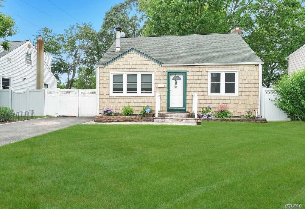 Residenziale in 8 Willow St, Wheatley Heights, NY ,11798