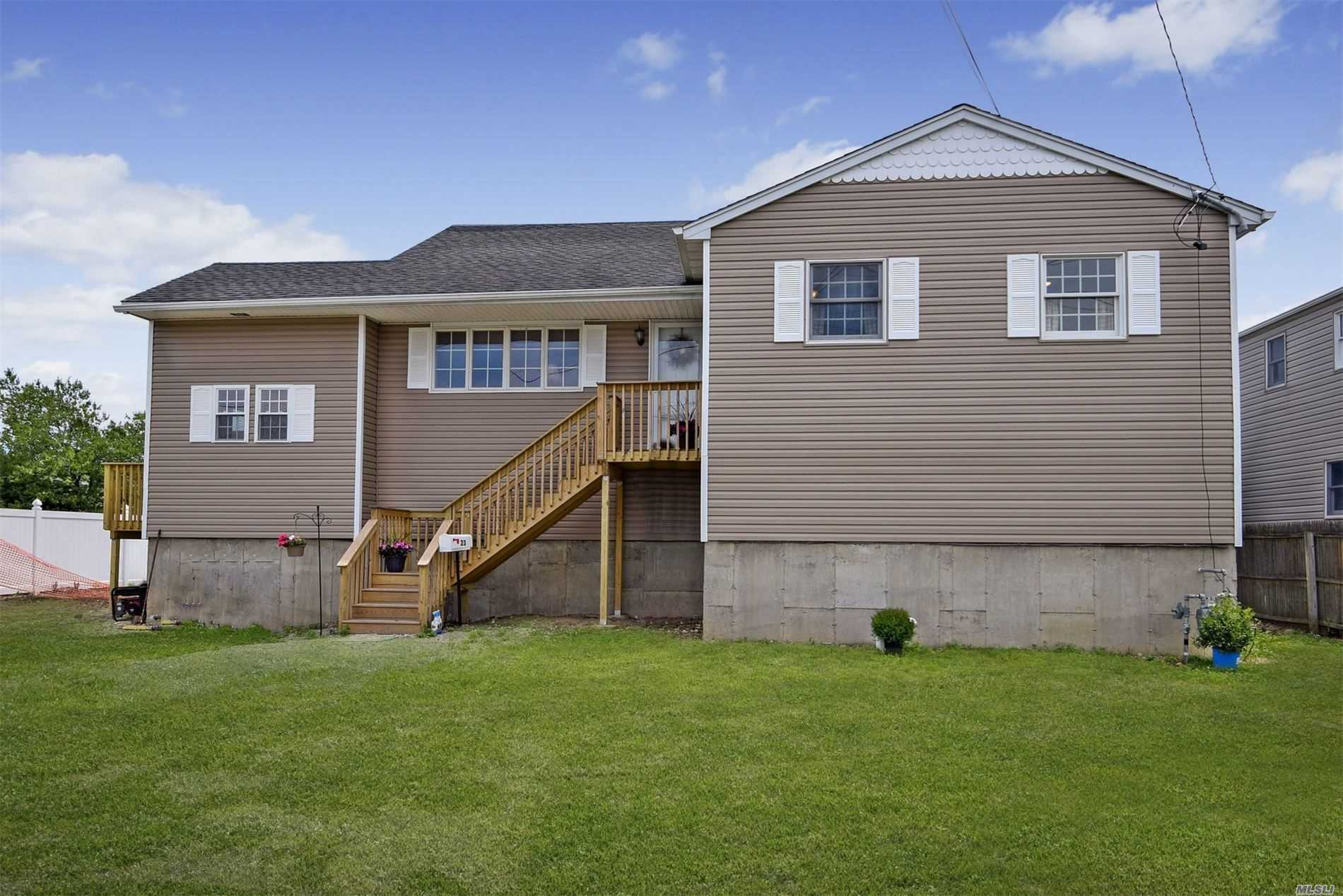 Residenziale in 23 Saltaire W Rd, Lindenhurst, NY ,11757