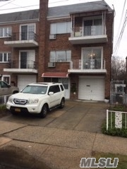 Residenziale in 69-92 62nd Ave, Middle Village, NY ,11379