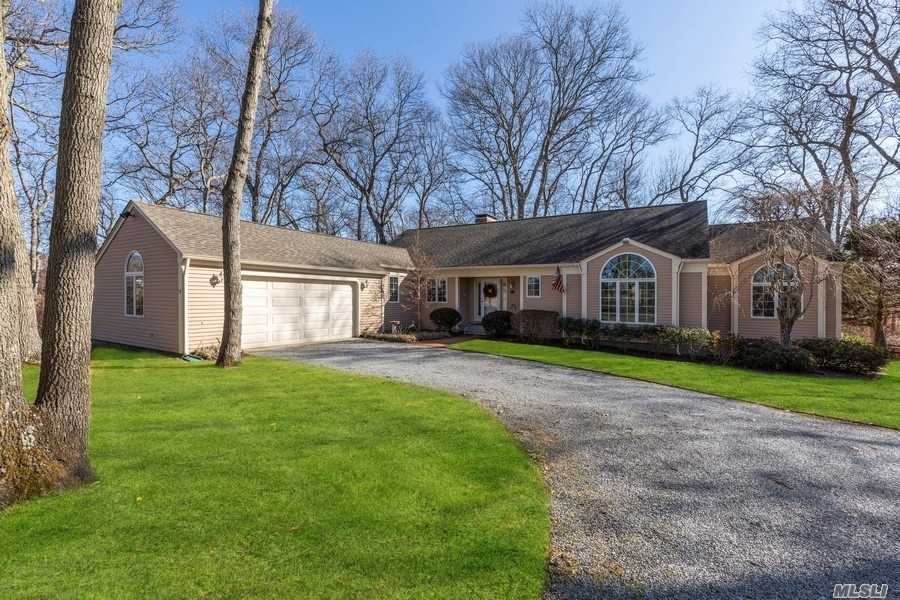 Residenziale in 8579 New Suffolk Ave, Cutchogue, NY ,11935