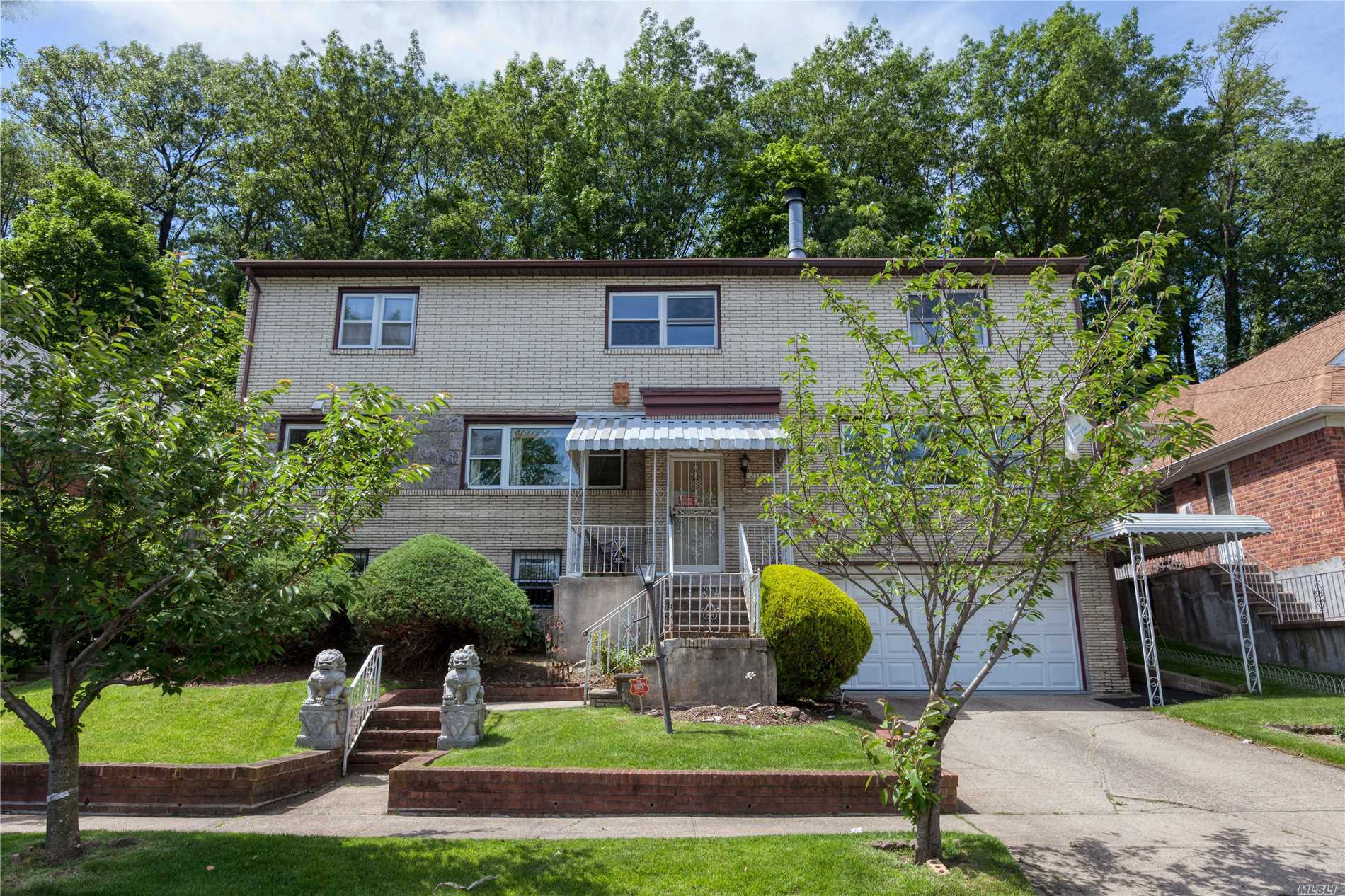 Residenziale in 216-07 Sawyer Ave, Hollis Hills, NY ,11427