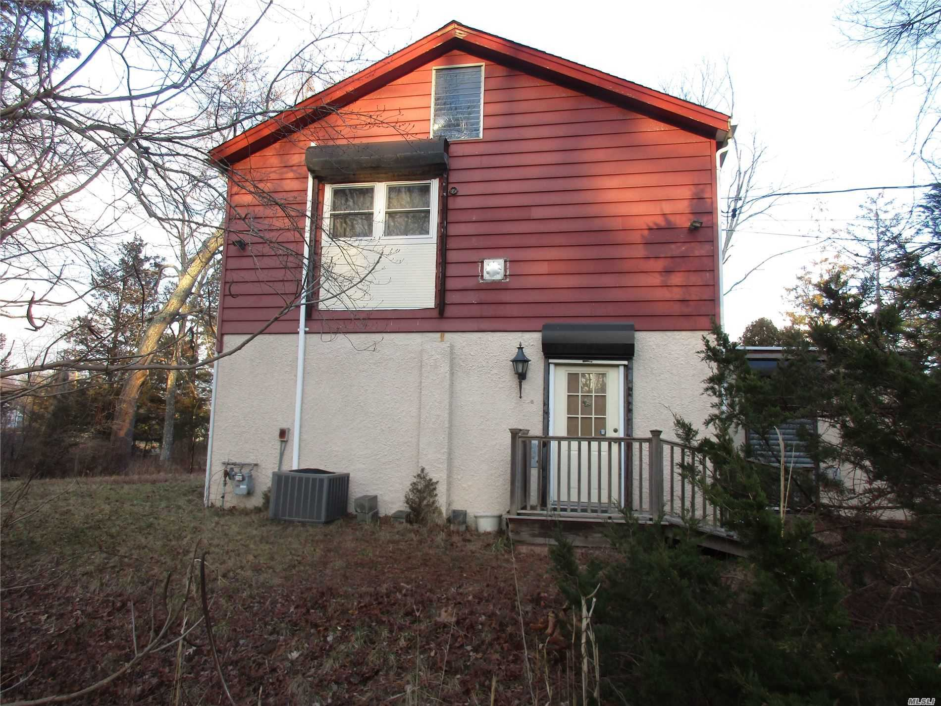 Residenziale in 26 Silverbrook Dr, Flanders, NY ,11901