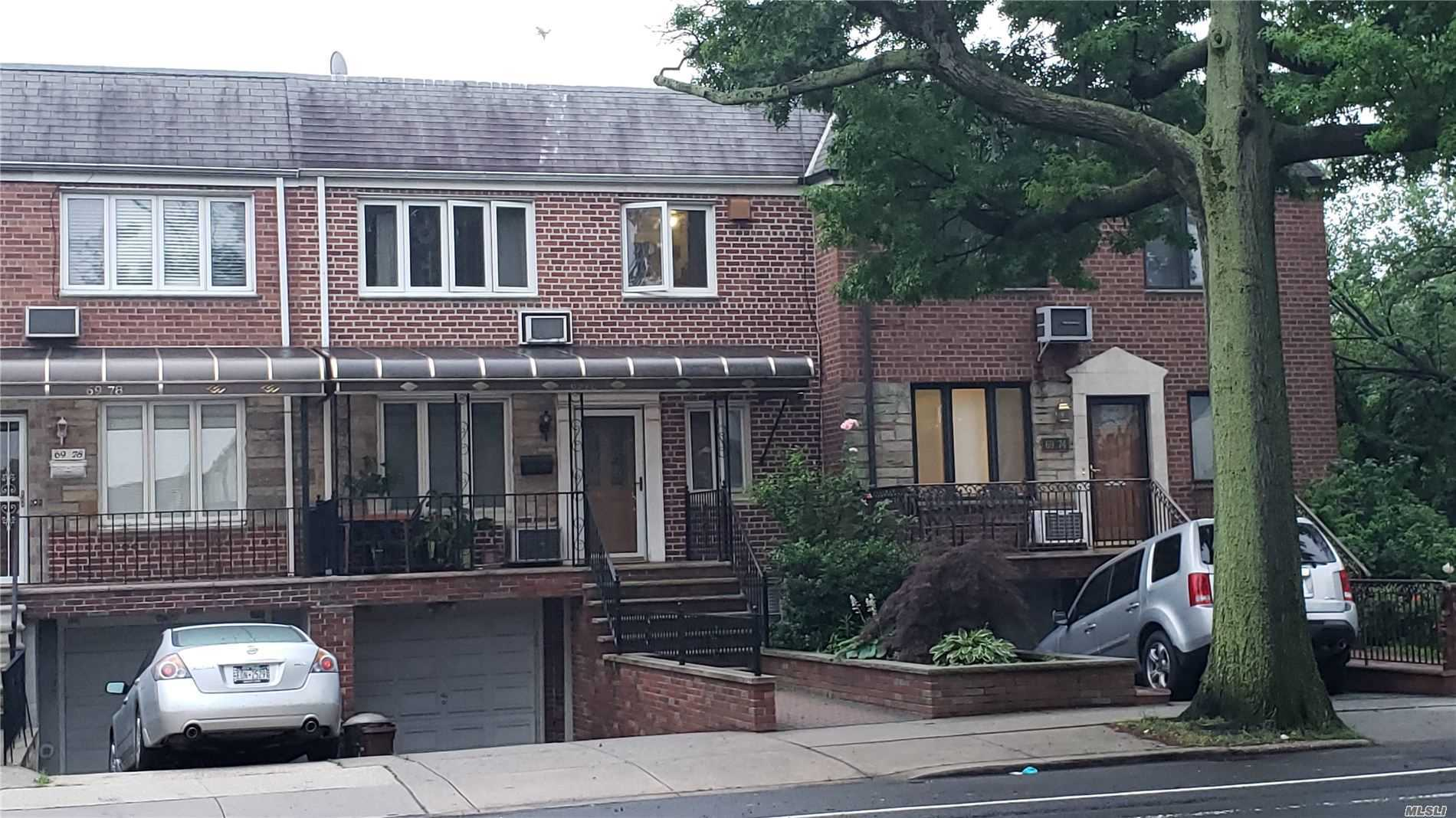 Residenziale in 69-76 Eliot Ave, Middle Village, NY ,11379