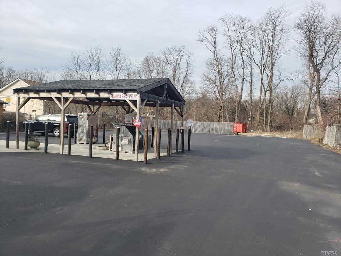 Acquisto commerciale in 2433 Middle Country Rd, Centereach, NY ,11720