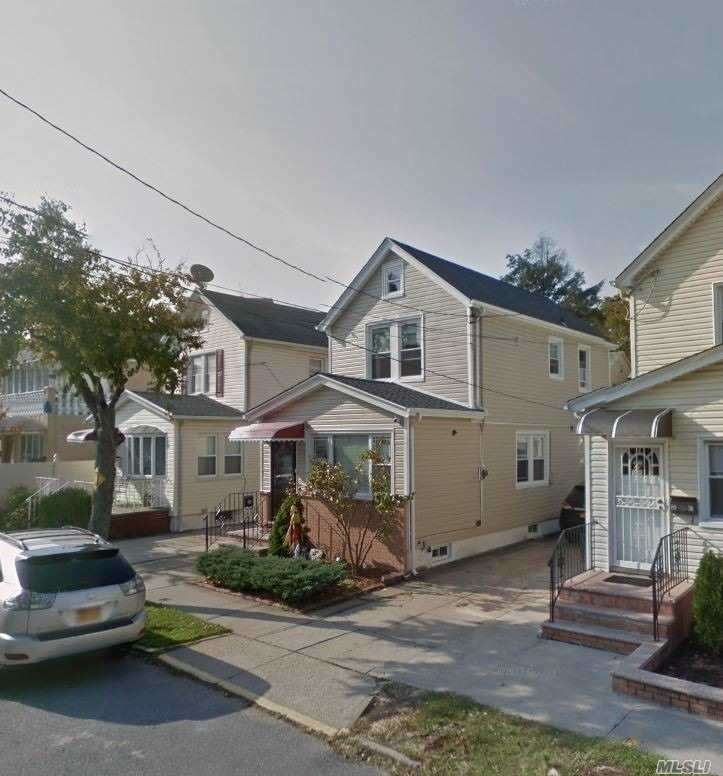 Residenziale in 80-32 161 St, Hillcrest, NY ,11432