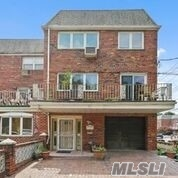 Residenziale in 62-54 71st St, Middle Village, NY ,11379