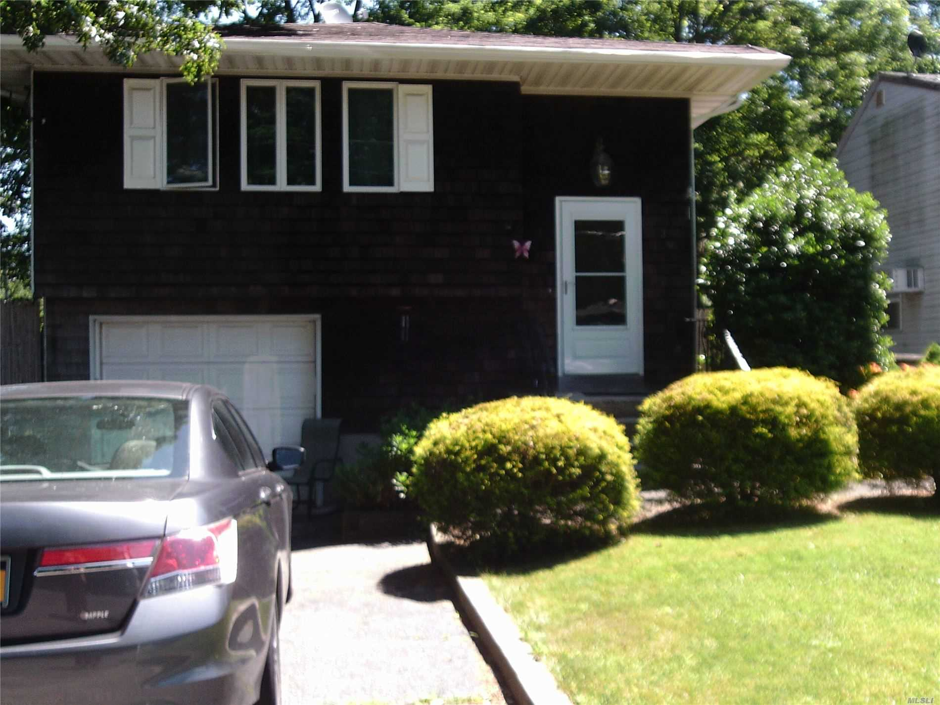 Residenziale in 39 Titmus Dr, Mastic, NY ,11950