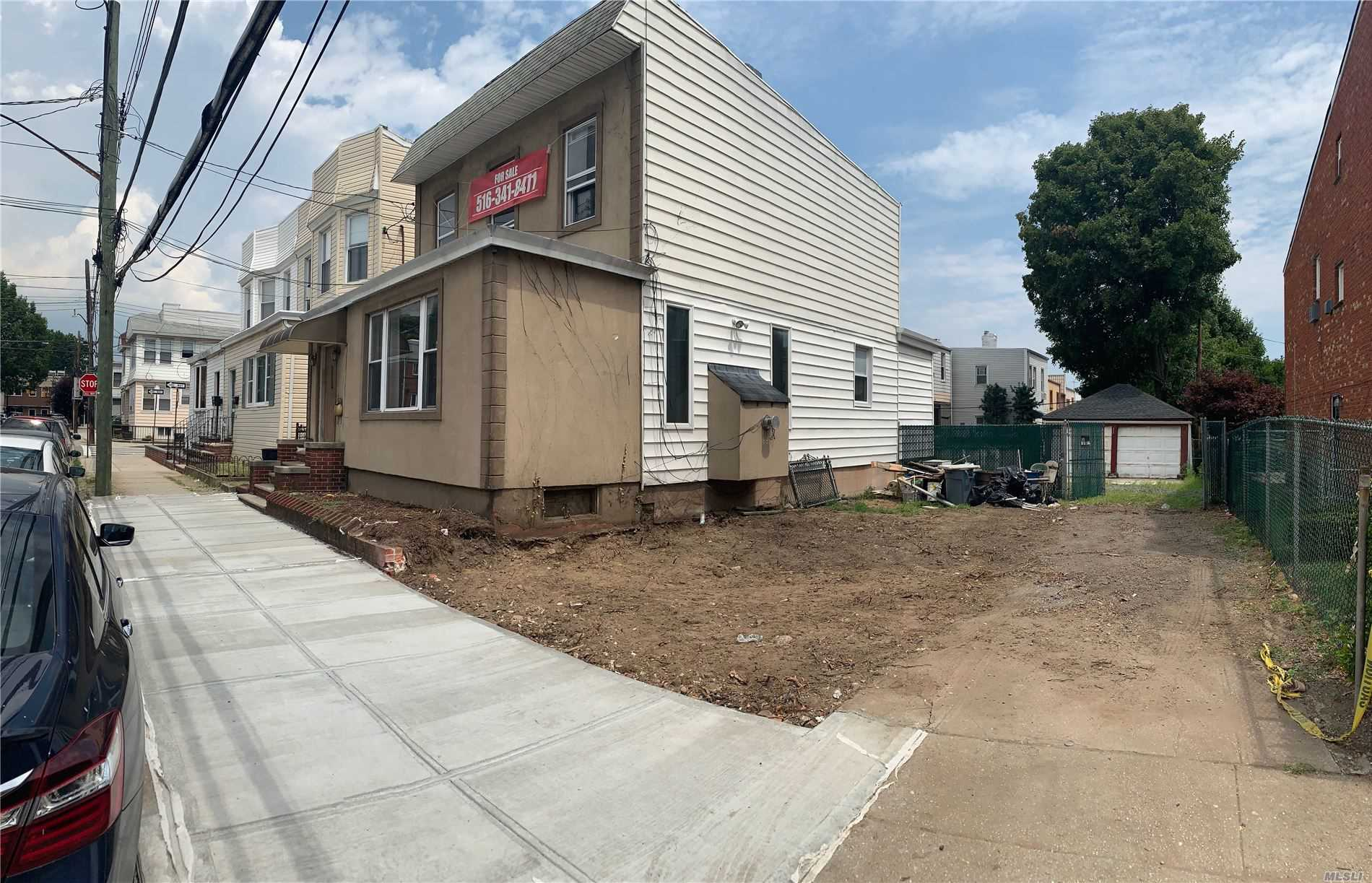 Residenziale in 6733 79th St, Middle Village, NY ,11379