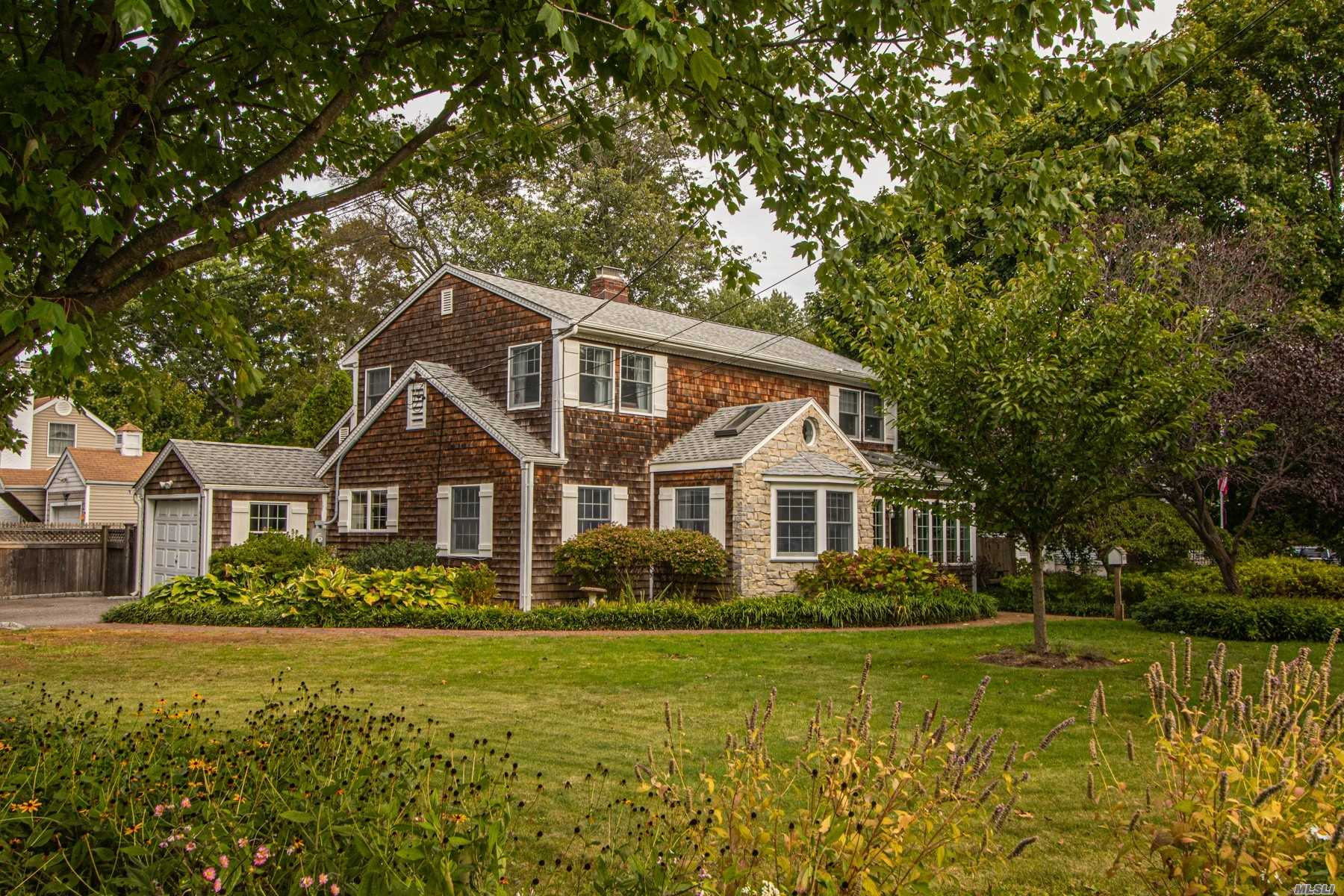 Residenziale in 112 Hiawatha Dr, Brightwaters, NY ,11718