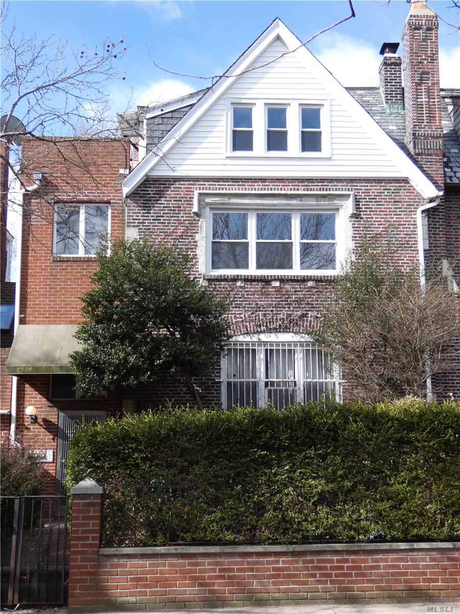 Residenziale in 33-20 85th St, Jackson Heights, NY ,11372