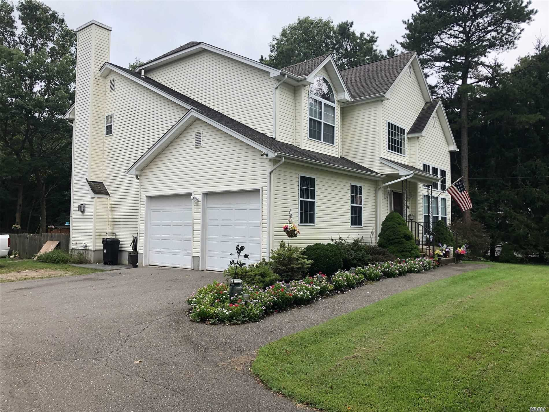 Residenziale in 64 Middle Island Ave, Medford, NY ,11763