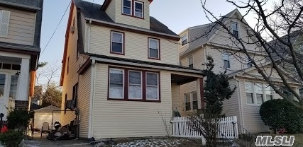 Residenziale in 159-02 84th Rd, Jamaica Hills, NY ,11432