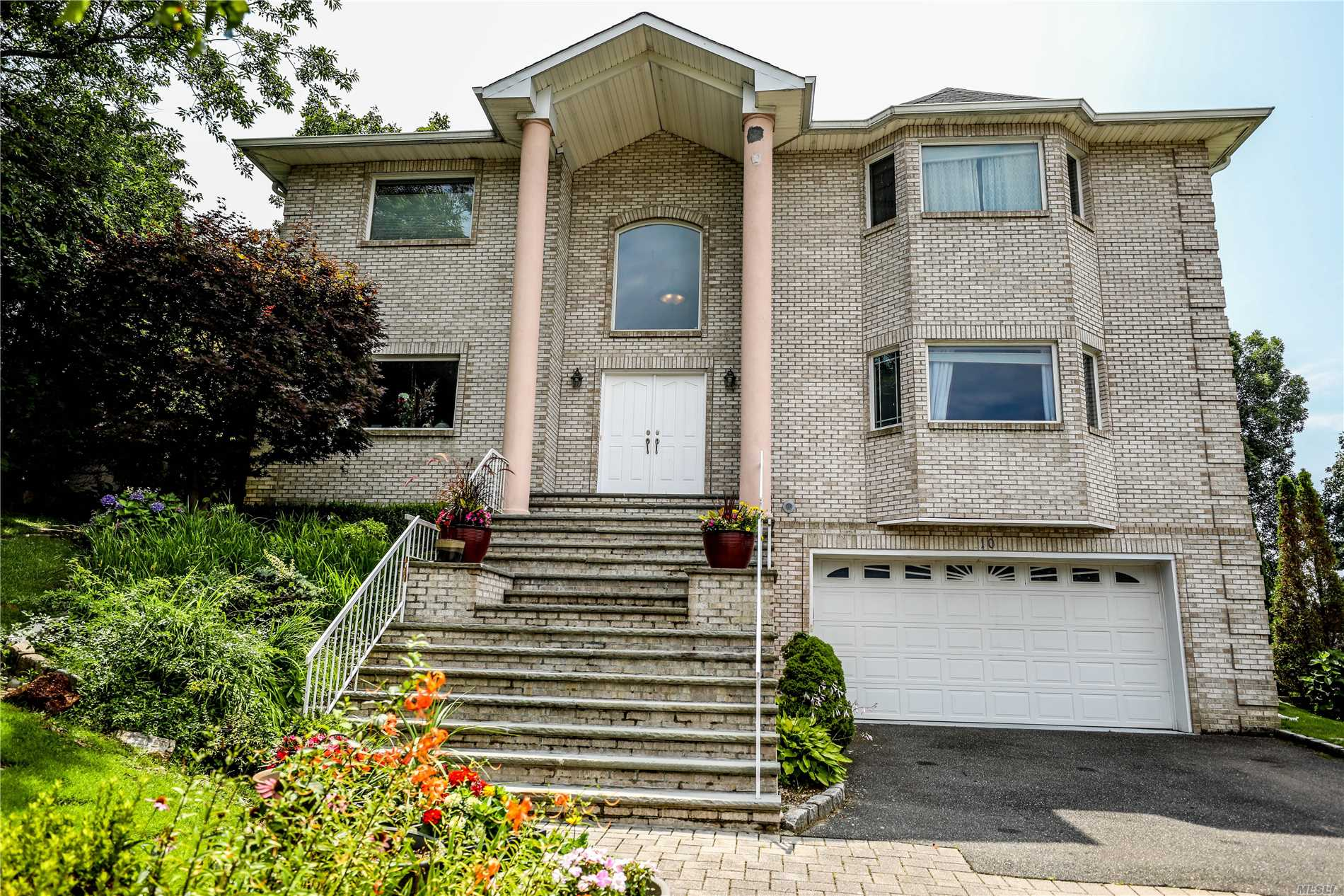 Residenziale in 10 Crest Hollow Ct, Farmingdale, NY ,11735