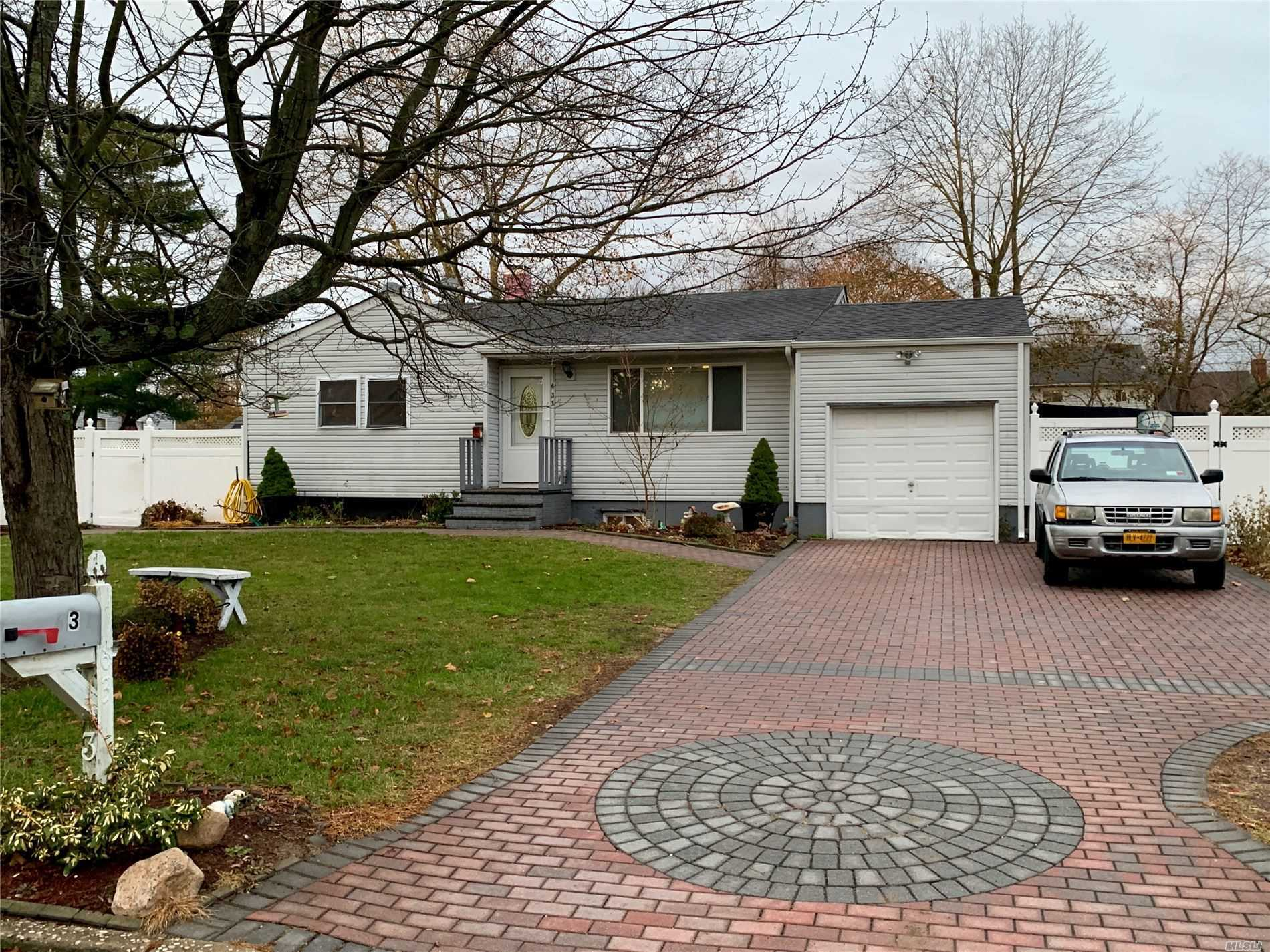 Residenziale in 631 Amsterdam Ave, E. Patchogue, NY ,11772