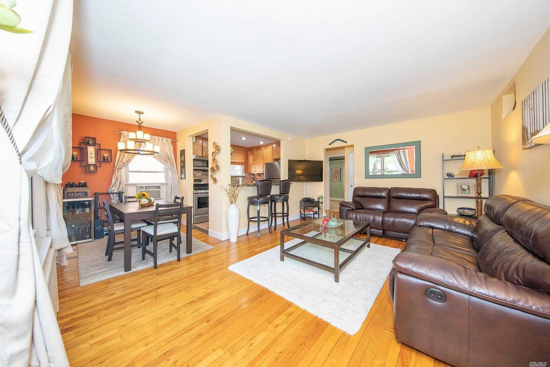 Appartamento in vendita in 44 Edwards St, Roslyn Heights, NY ,11577