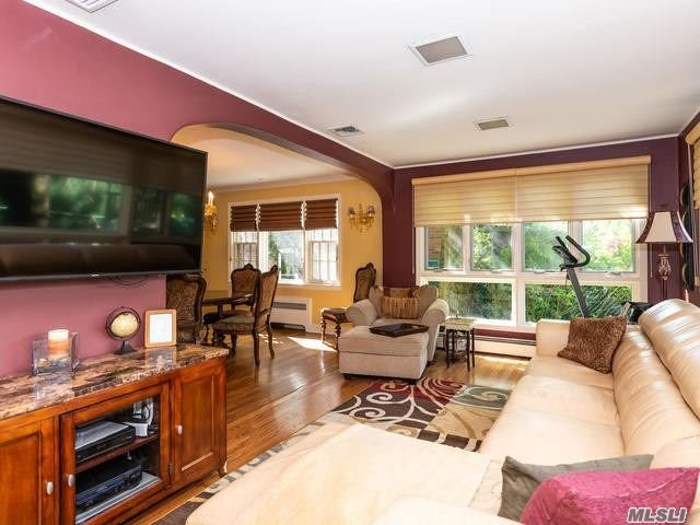 Residenziale in 85-36 213 St, Hollis Hills, NY ,11427