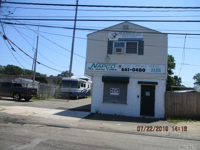 Acquisto commerciale in 133 Cortland St, Lindenhurst, NY ,11757