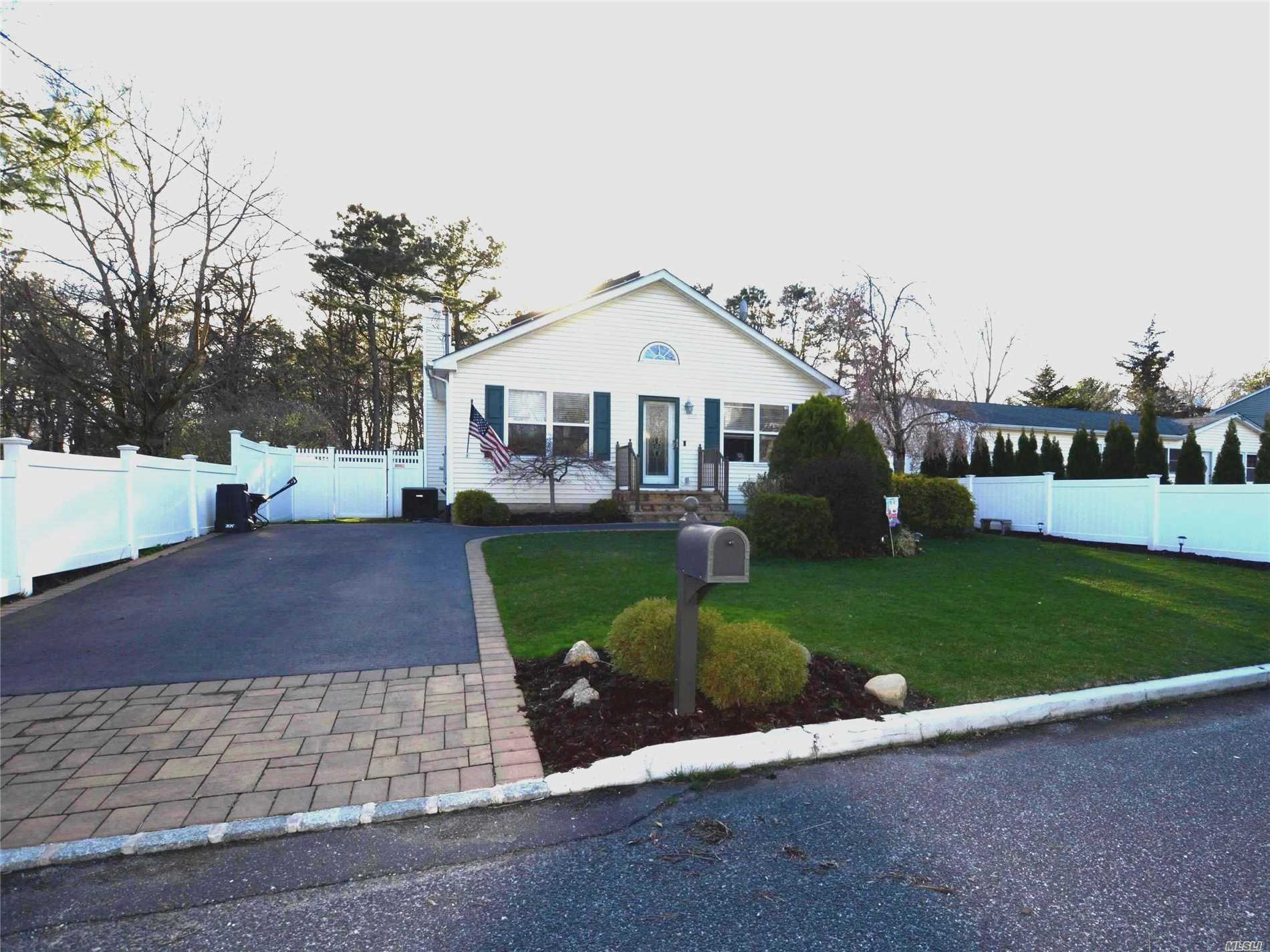 Residenziale in 336 Tyler Ave, Miller Place, NY ,11764