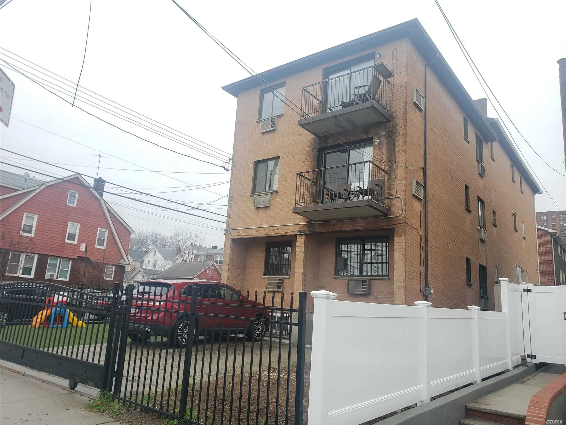 Residenziale in 62-54 102nd St, Rego Park, NY ,11374